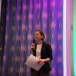 Nina Defounga Mit Mikro Auf Der Bühne Der Innovationskonferenz TFC2015
