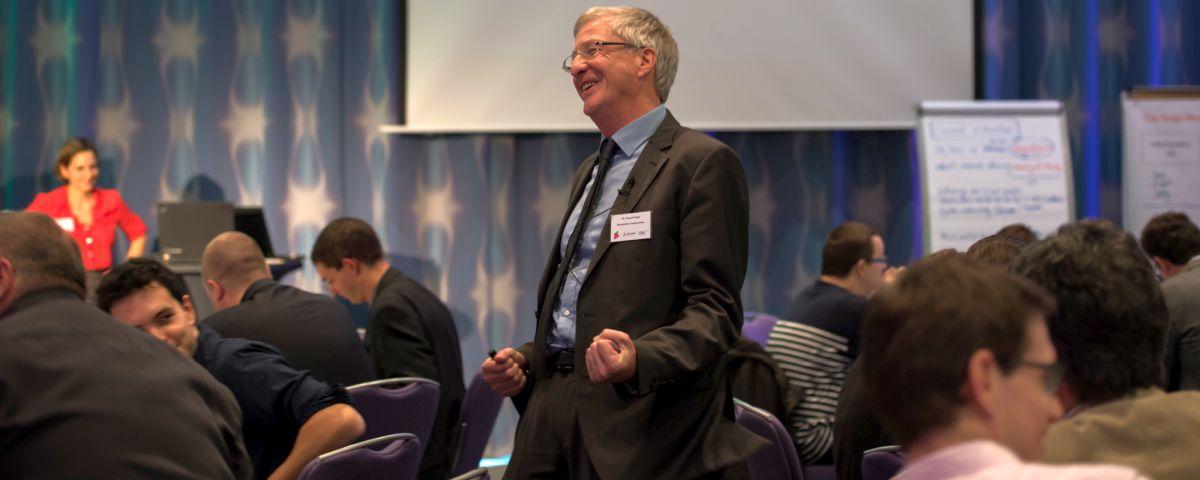Jubelnder Innovator Thomas Nagel Vor Publikum - TOM SPIKE