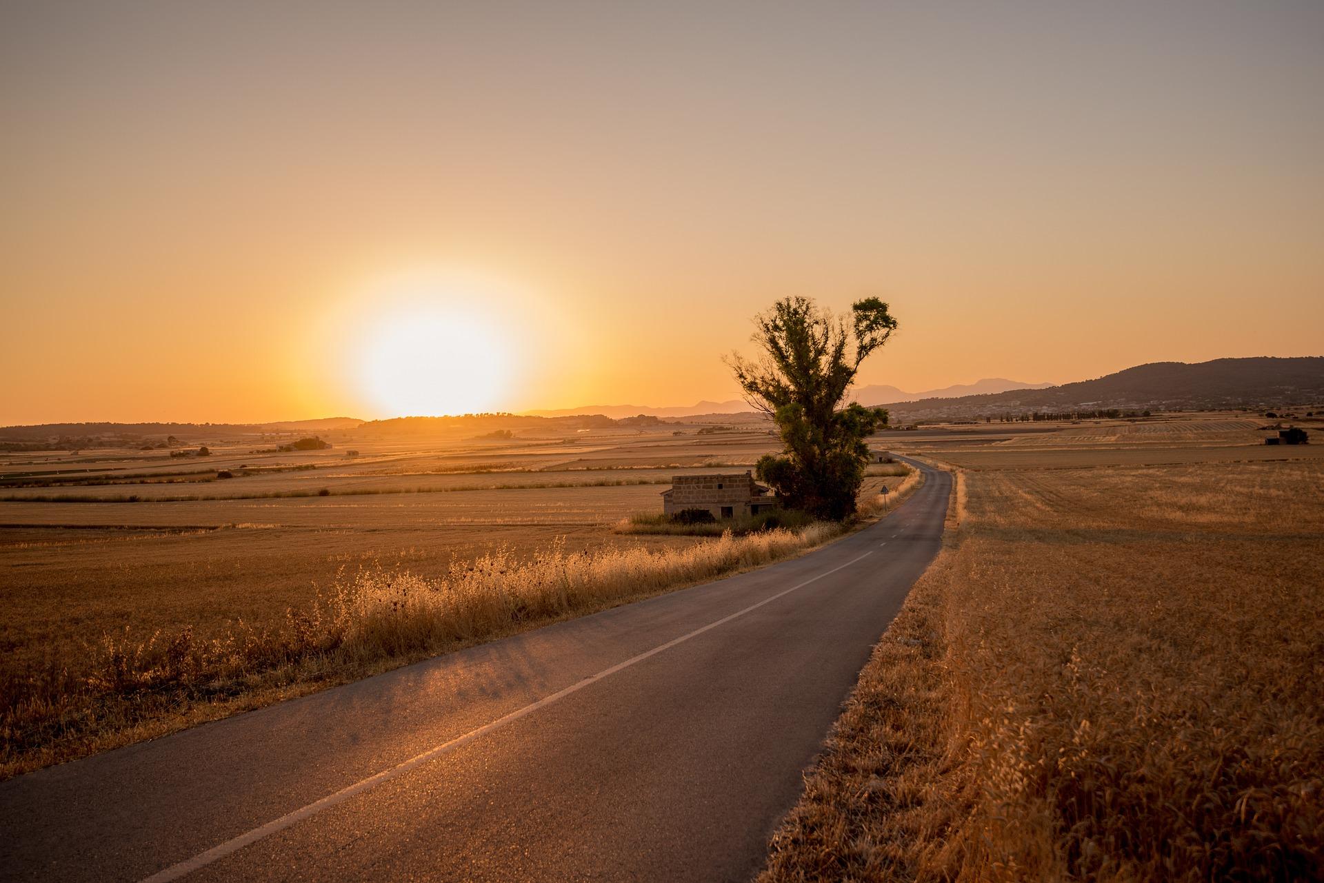 Sonnenuntergang In Trockener öder Landschaft Als Symbol Wie Trocken Methodik Ohne Führung Sein Kann