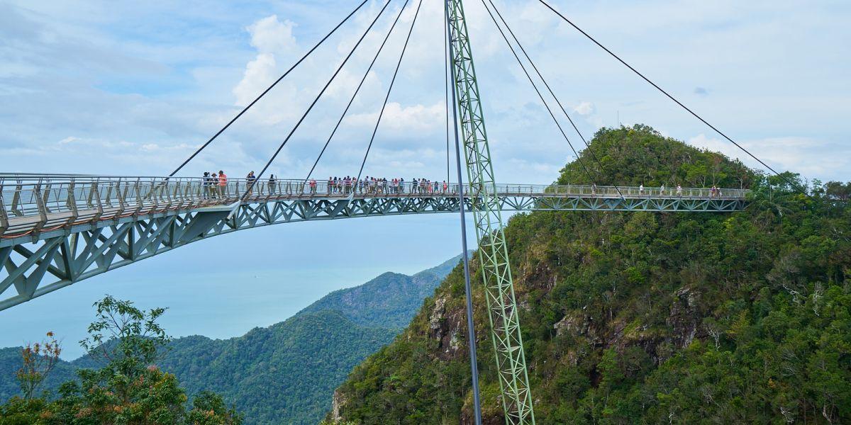 Gebogene Hängebrücke Mit Fußgängern In Den Bergen