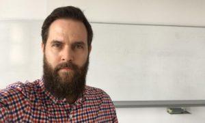 Porträtfoto des Innovationsberaters Frank Fölsch vor einem Whiteboard