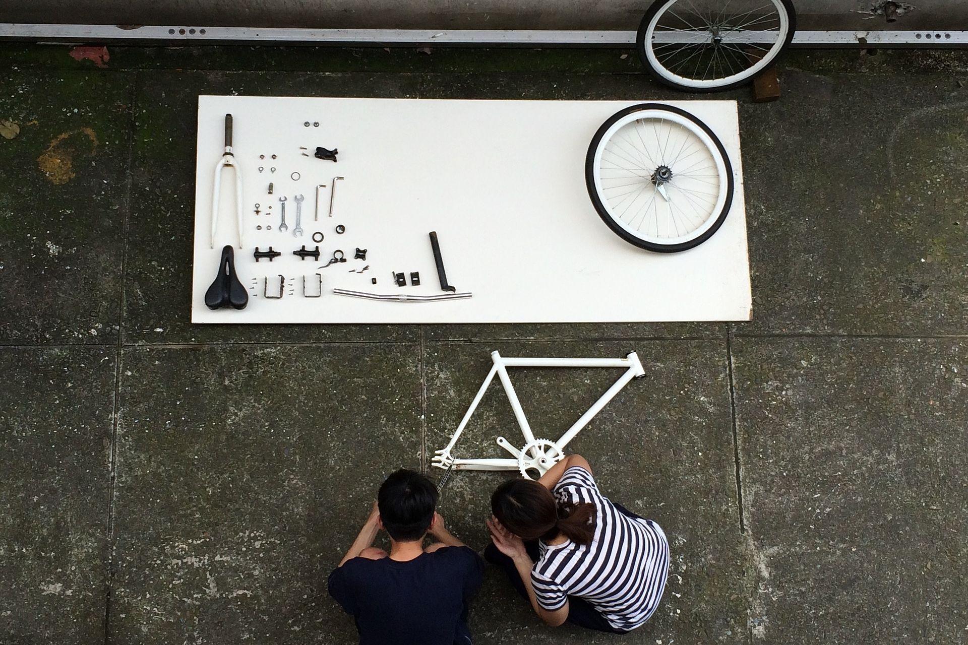 Pärchen baut ein Fahrrad aus einem Bausatz zusammen als Beispiel für eine Geschäftsmodell-Innovation der Innovationsarten