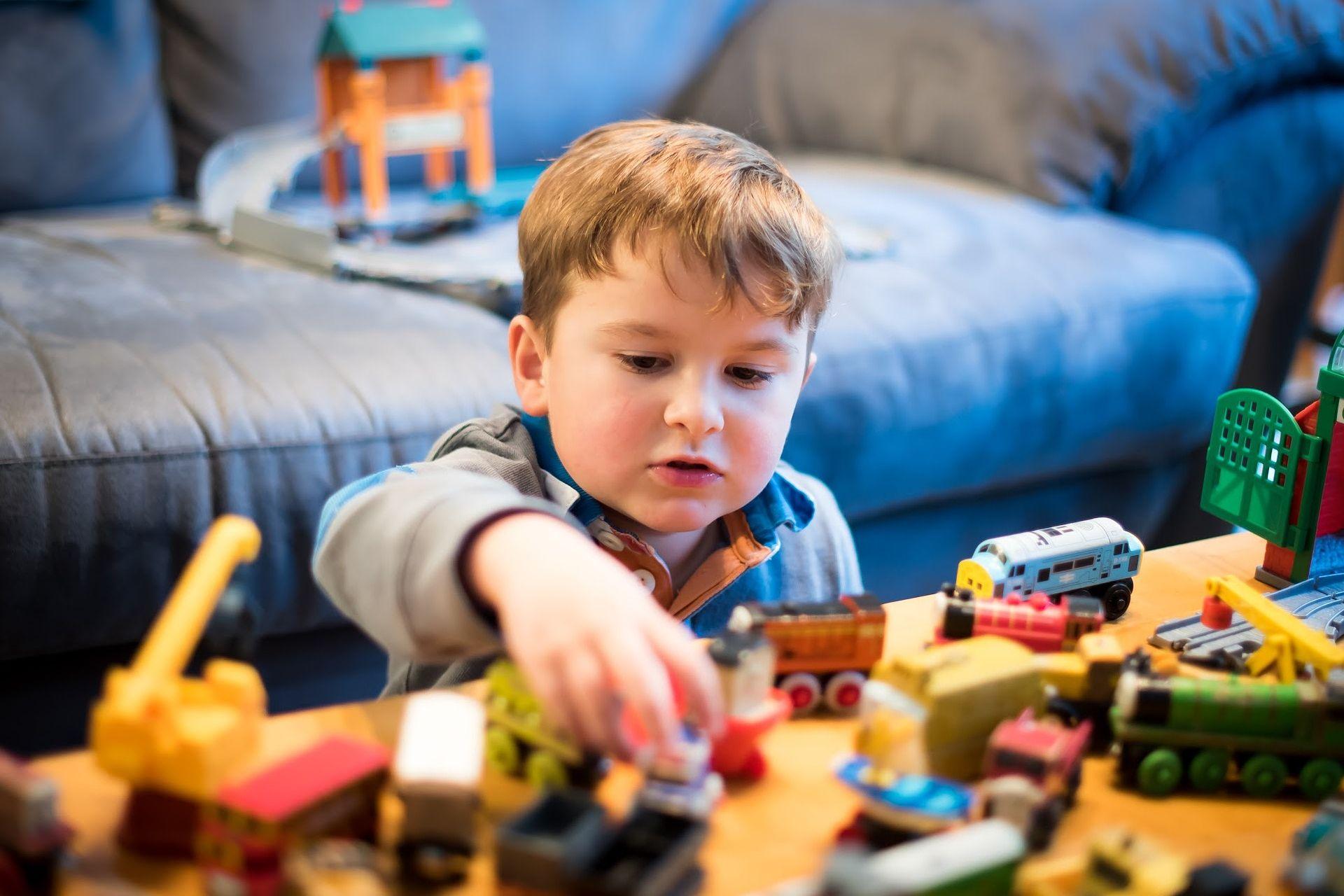 Kleiner Junge spielt in seinem Zimmer mit Leihspielzeug als Beispiel für eine Geschäftsmodell-Innovation der Innovationsarten