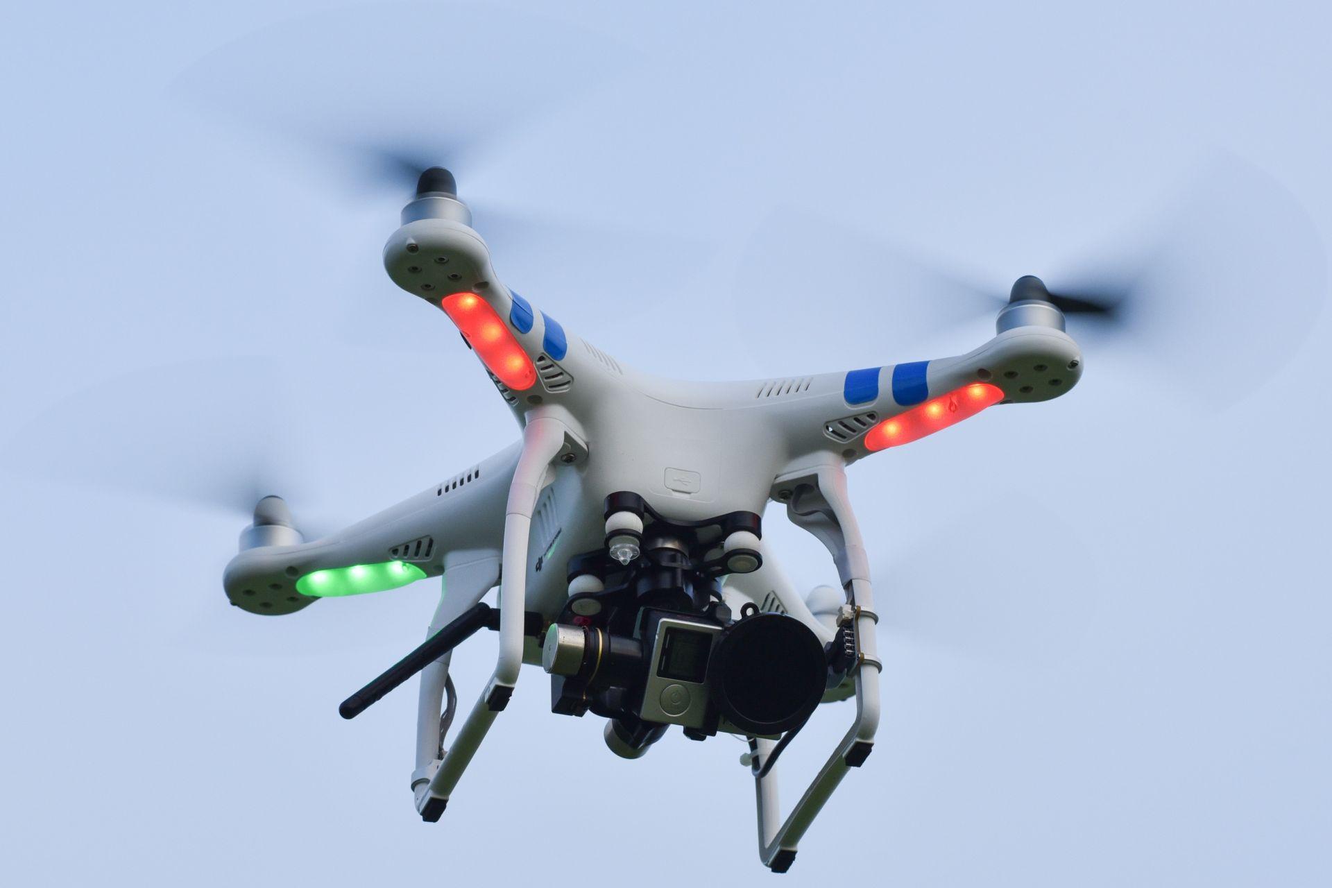 Fliegende Drohne mit Kamera und leuchtenden Positionsanzeigen als Beispiel für eine Produkt-Innovation der Innovationsarten