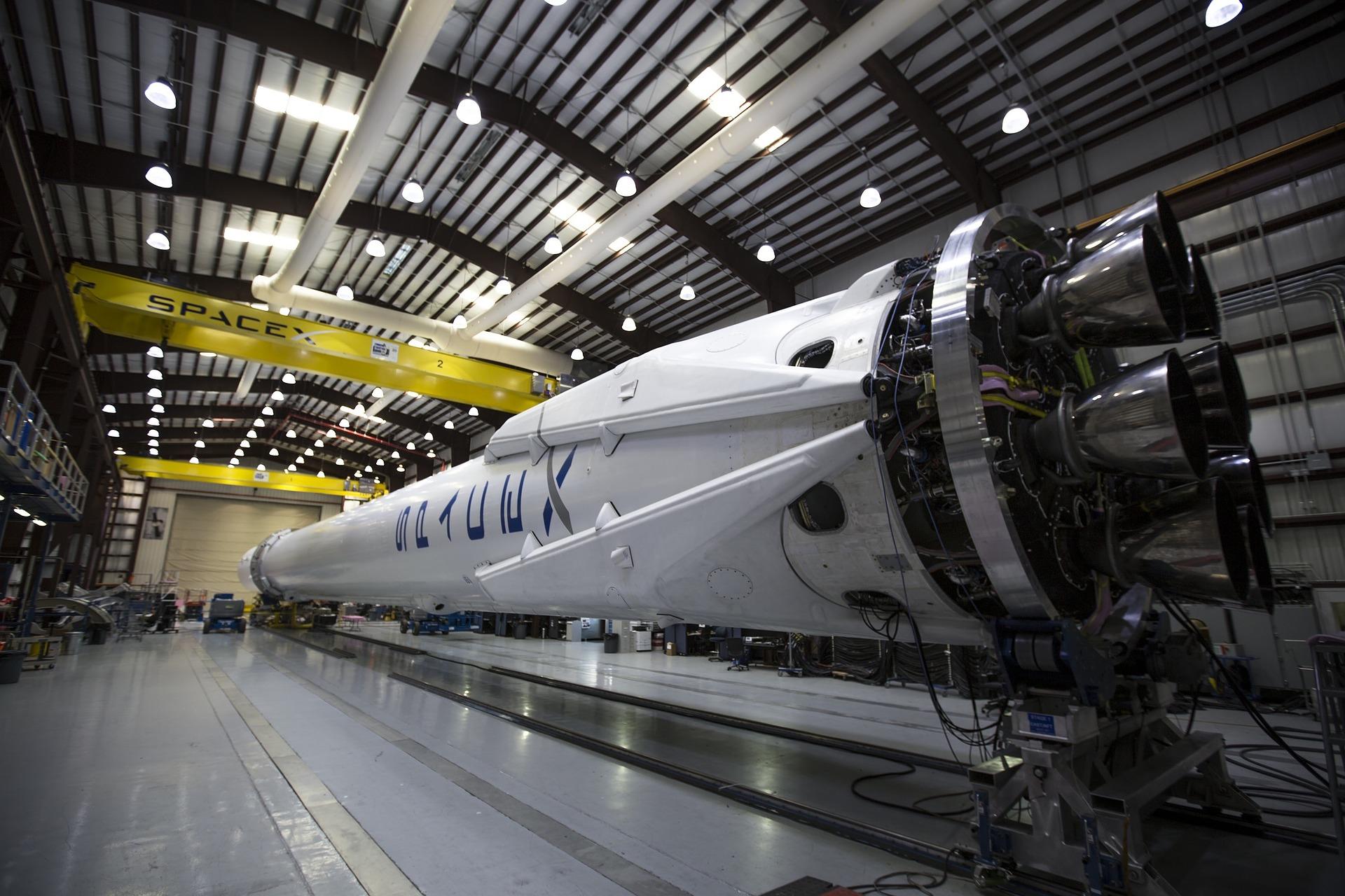 Rakete von SpaceX liegend im Hangar als Beispiel für eine Produkt-Innovation der Innovationsarten