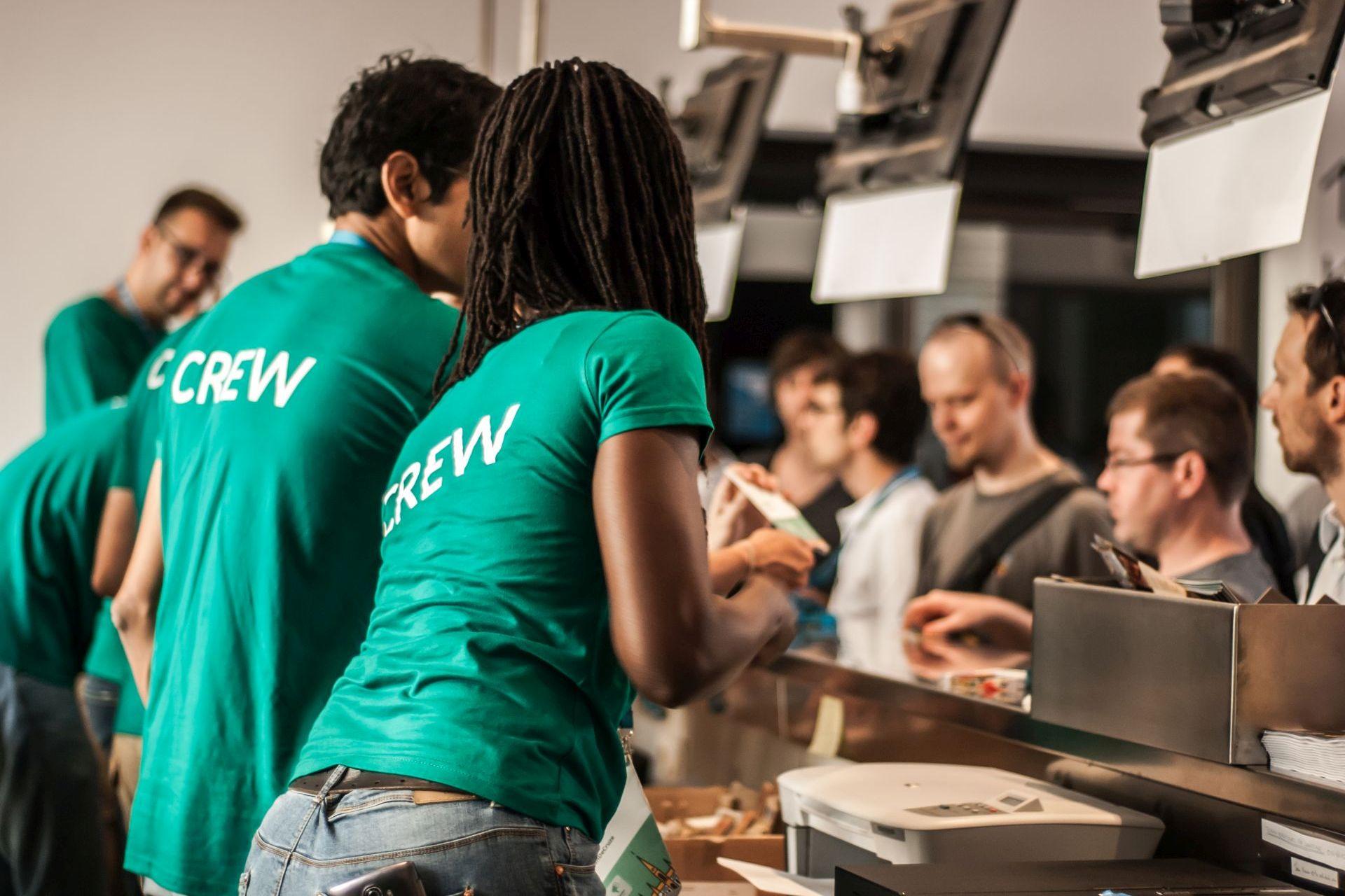 Servicemitarbeiter am Bezahltresen als Beispiel für eine Service-Innovation der Innovationsarten