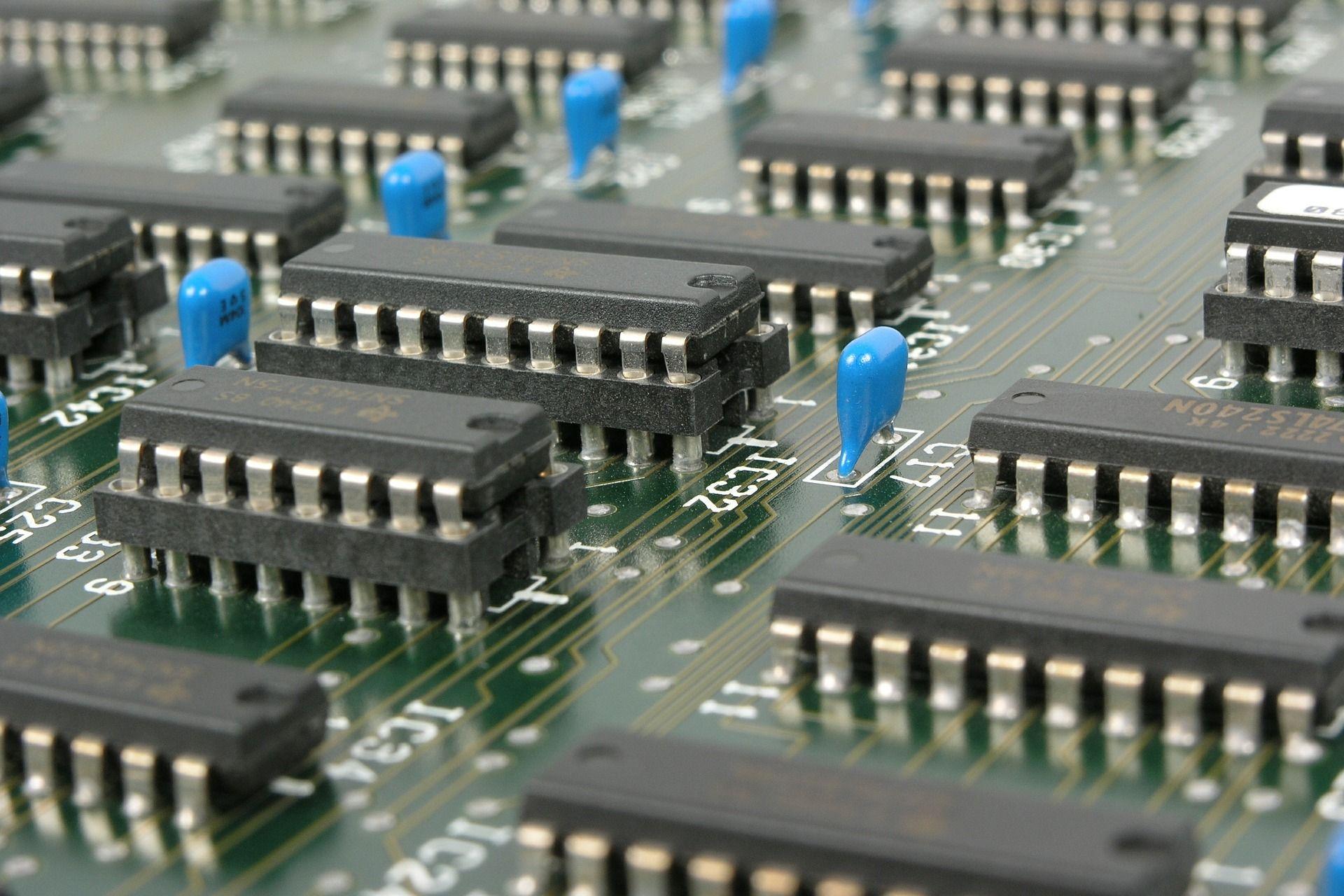 Platine mit elektronischen Bauteilen und Chips als Beispiel für eine Technologie-Innovation der Innovationsarten