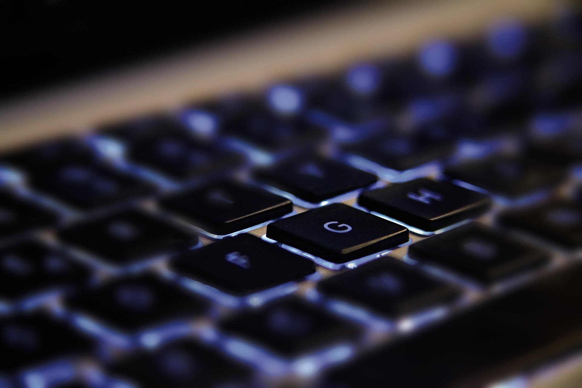 Computertastatur Keyboard mit leuchteneden Tasten als Beispiel für eine Technologie-Innovation der Innovationsarten