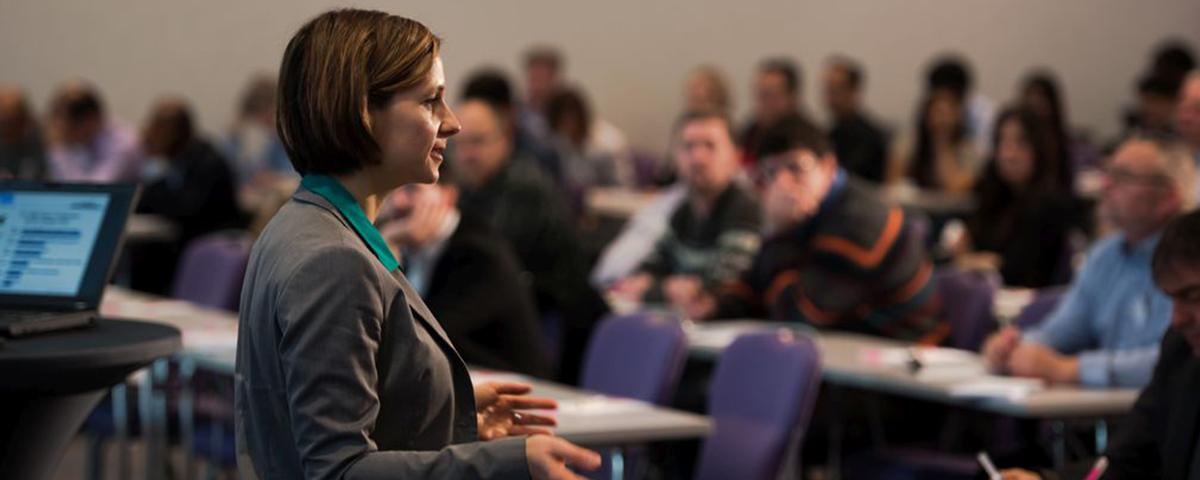 Innovationsberaterin Nina Defounga vor einem Konferenzpublikum