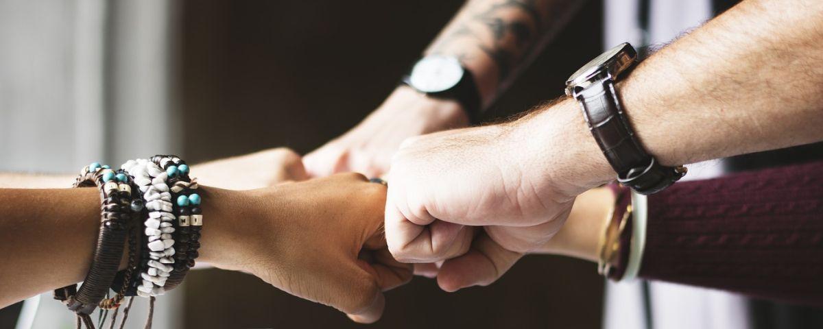 Mehrere Hände treffen sich zum gemeinsamen Schwur