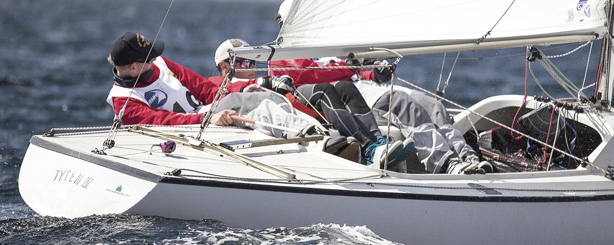 Zwei Segler in einem Segelboot hart am Wind
