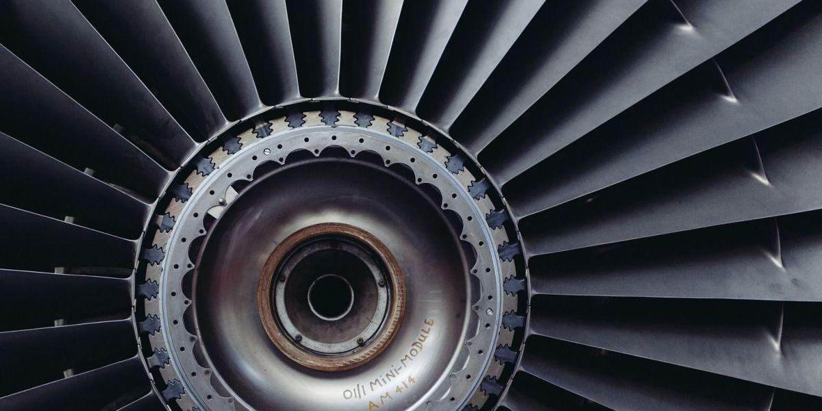 Großaufnahme einer Flugzeugturbine mit Blick auf die Turbinenschaufeln