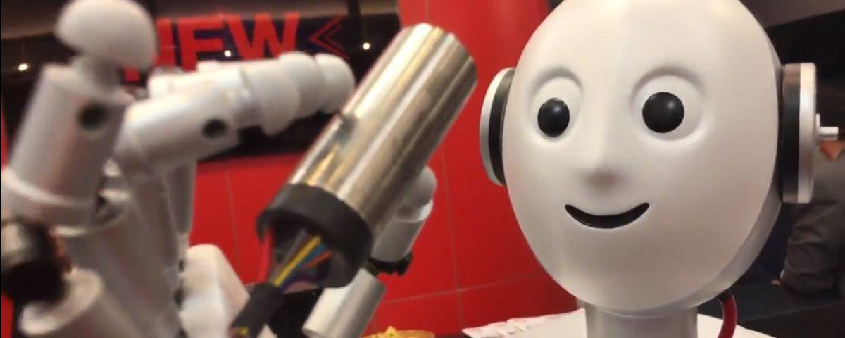 Lachender, Menschlicher Roboter Hält Elektronisches Bauteil