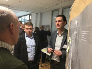 Team diskutiert am Metaplan mit Post-its zum Thema Innovation - TOM SPIKE