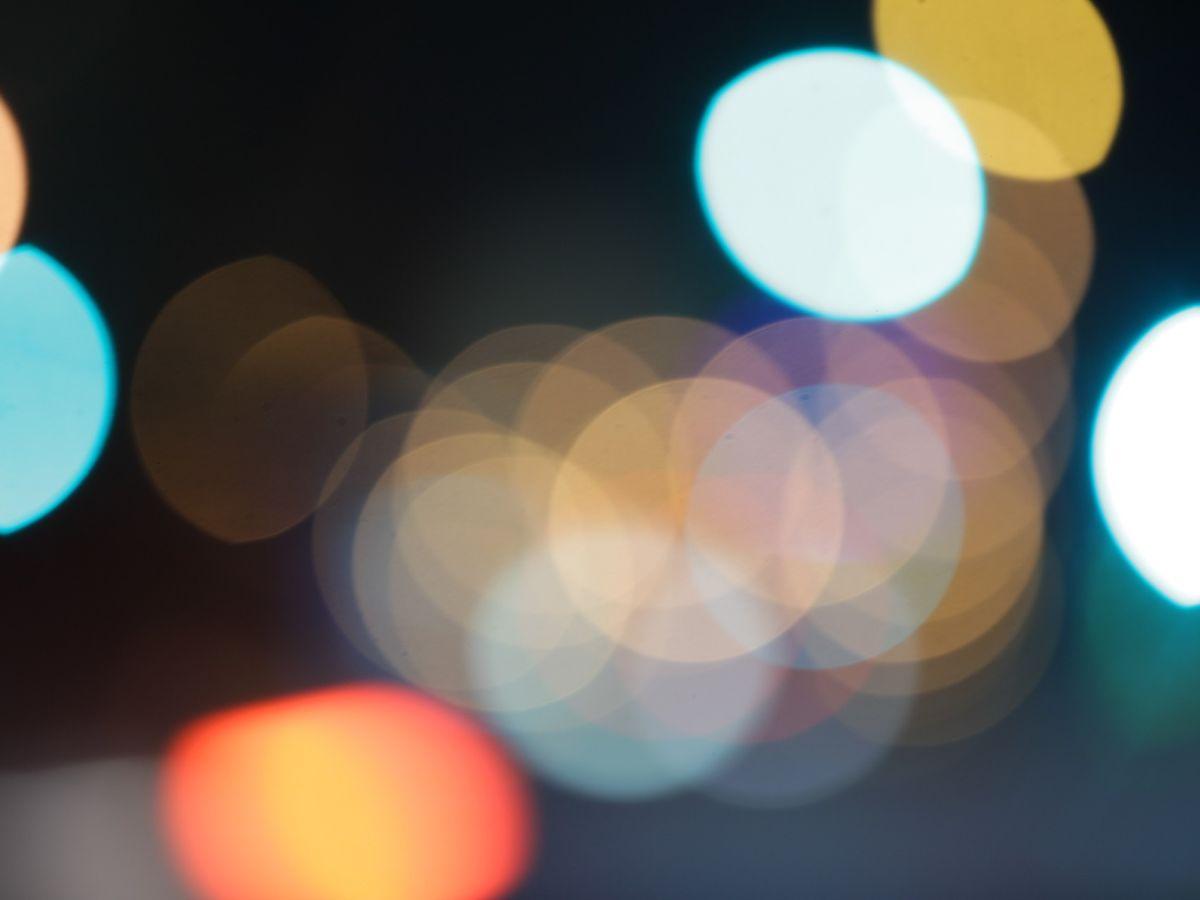 Unscharf sichtbare Lichtpunkte in der Nacht