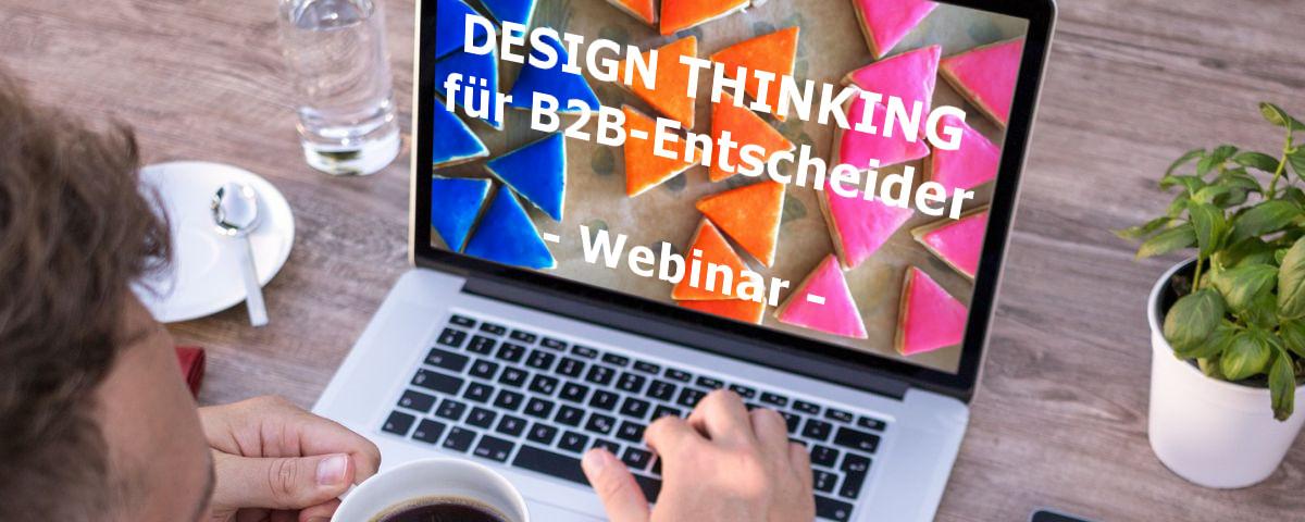 Webinar-Teilnehmer zu Design Thinking B2B am Schreibtisch mit Kaffeetasse
