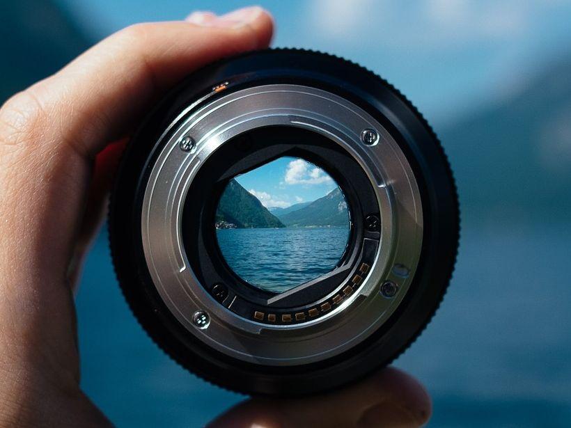 Zielsezungs als Erfolgsfaktor für Innovaiton - Kameralinse mit Blick auf See und Berge als Metapher