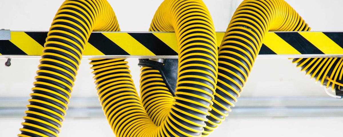 Flexibler Schlauch symbolisch für Innovationsprojekt Automobilzulieferer