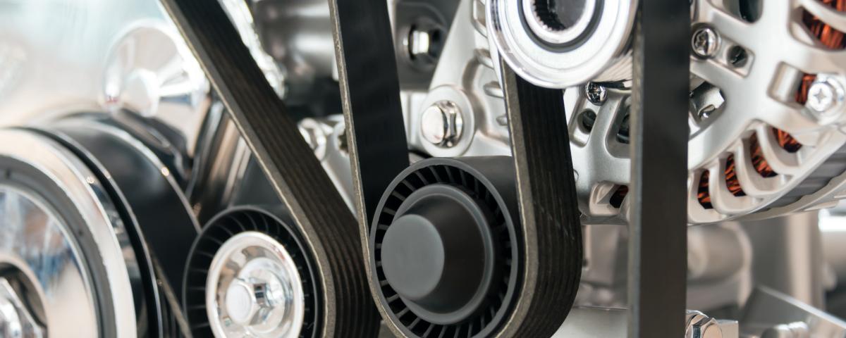 Riemen am Motor symbolisch für Innovationsprojekt Automobilzulieferer