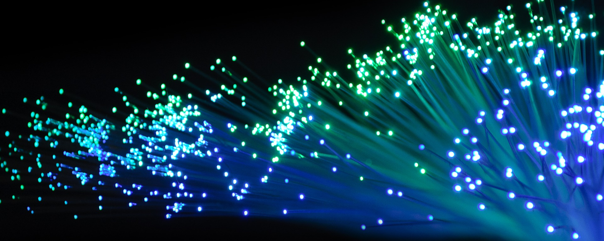Leuchtende Fasern symbolisch für Innovationsprojekt in Kunststofffasern