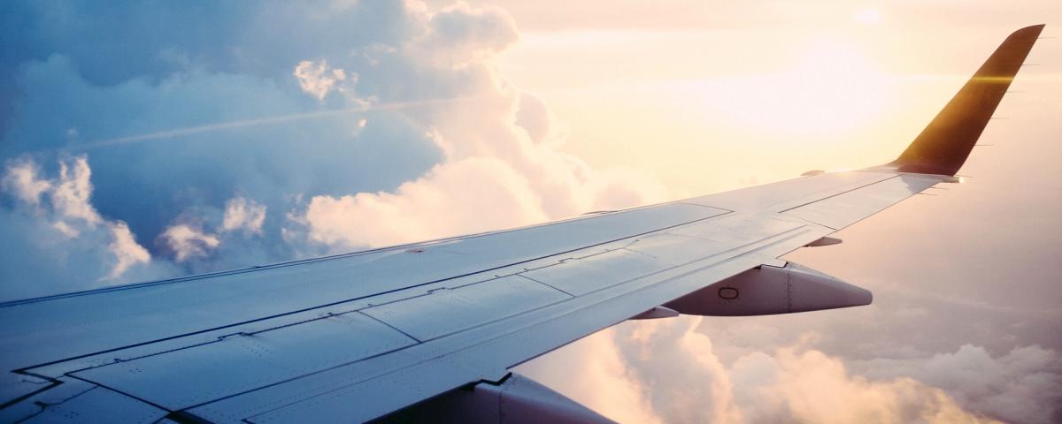 Fensterblick auf Tragfläche mit Winglet symbolisch für Innovationsprojekt Luftfahrt