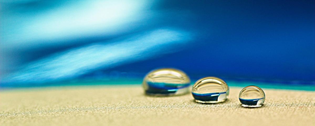 Wassertropfen auf texturierter Oberfläche symbolisch für Innovationsprojekt Oberflächentechnik