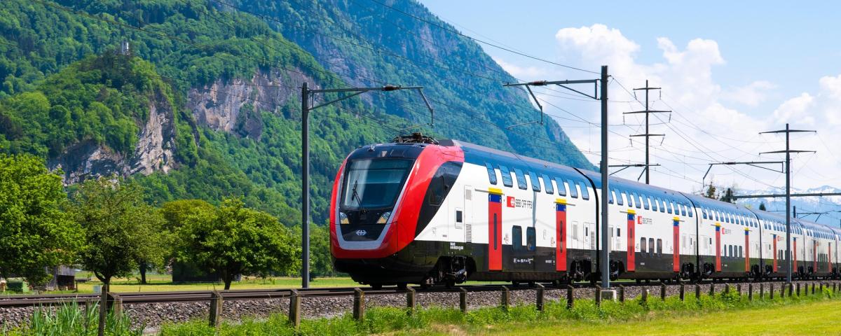 Reisezug in den Alpen als Symbol für Innovationsprojekt im Schienenverkehr