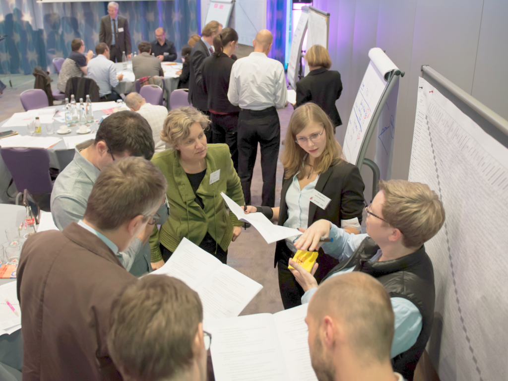 Arbeitsgruppen an Flipcharts beim Innovationstraining