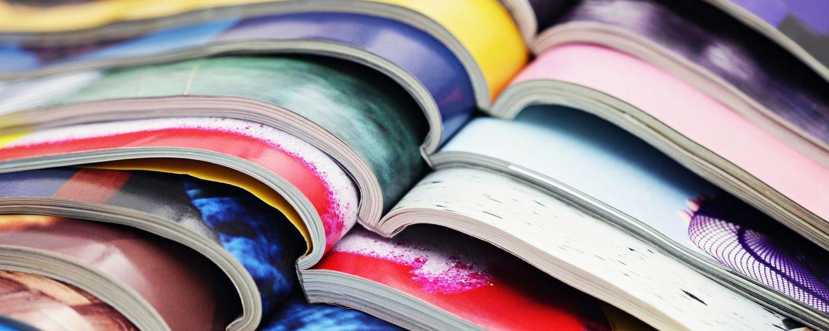 Aufgeschlagene, farbige Zeitschriften als Symbol für Innovation im Verlagswesen - TOM SPIKE