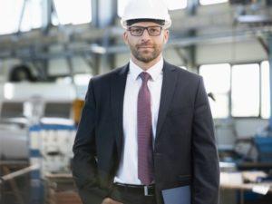 Innovationsverantwortlicher Manager mit Schutzhelm und Anzug - TOM SPIKE