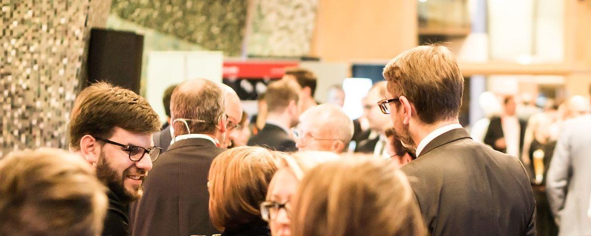 Führungskräfte und Fachkräfte, Männer und Frauen unterhalten sich auf Innovationsworkshop