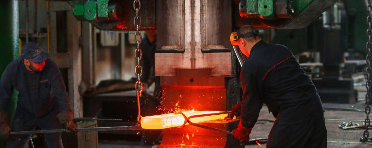 Glühender Stahl Und Stahlarbeiter Als Sinnbild Für Technische Herausforderungen Und Problemlösen Bei Innovation - TOM SPIKE