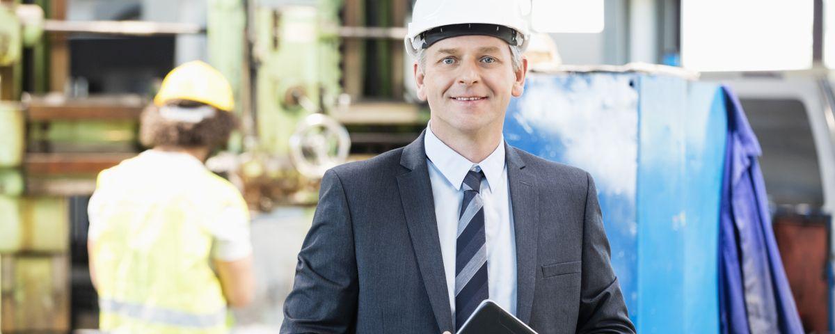 Technischer Manager in Werkshalle - Symbol für erfolgreiche Technologieinnovation - TOM SPIKE