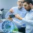 Zwei Ingenieure Im Labor Als Symbol Für Innovationsberatung Für Technologieinnovation - TOM SPIKE