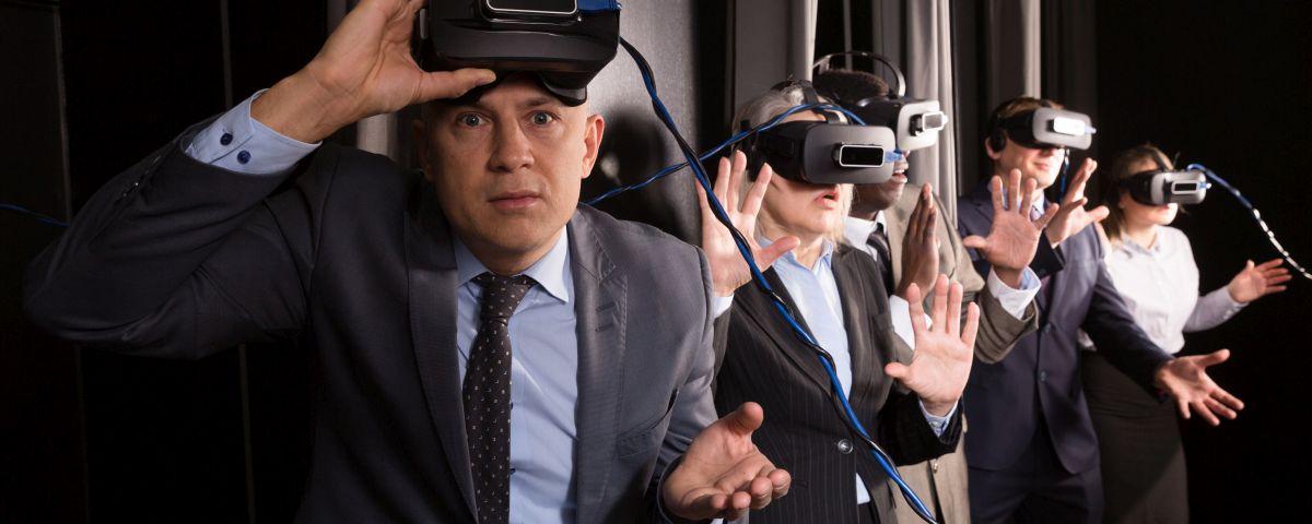 Geschäftsleute Mit VR-Brillen Im Innovationsworkshop - TOM SPIKE