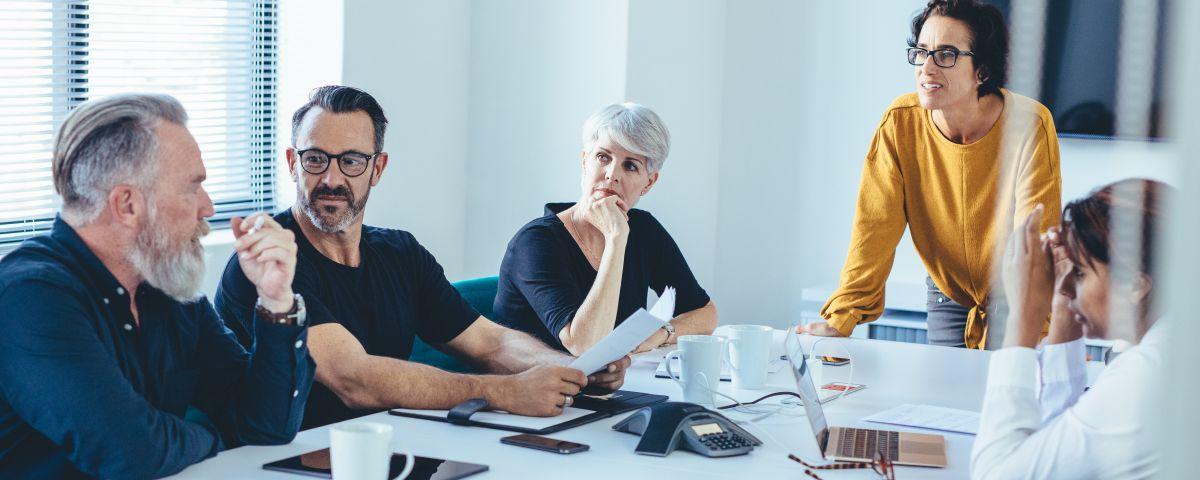 Geschäftsmodellinnovation Im Meetingraum Mit Management - TOM SPIKE
