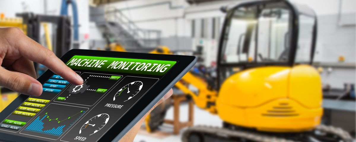 Digitales Dashboard und Bagger als Symbol für Digitalinnovation in Baumaschinen - TOM SPIKE