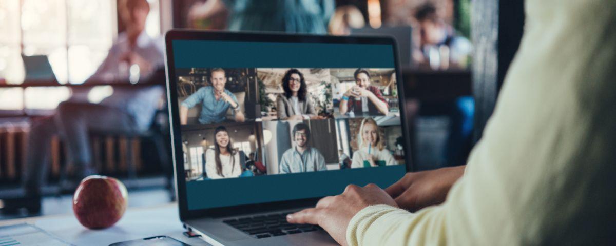 Mehrere Teilnehmer im Online Innovationsworkshop am Laptop - TOM SPIKE