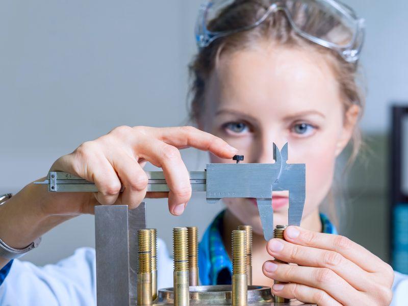 Ingenieurin analysiert Schrauben im Labor als Sinnbild für Produktideen durch Analyse - TOM SPIKE