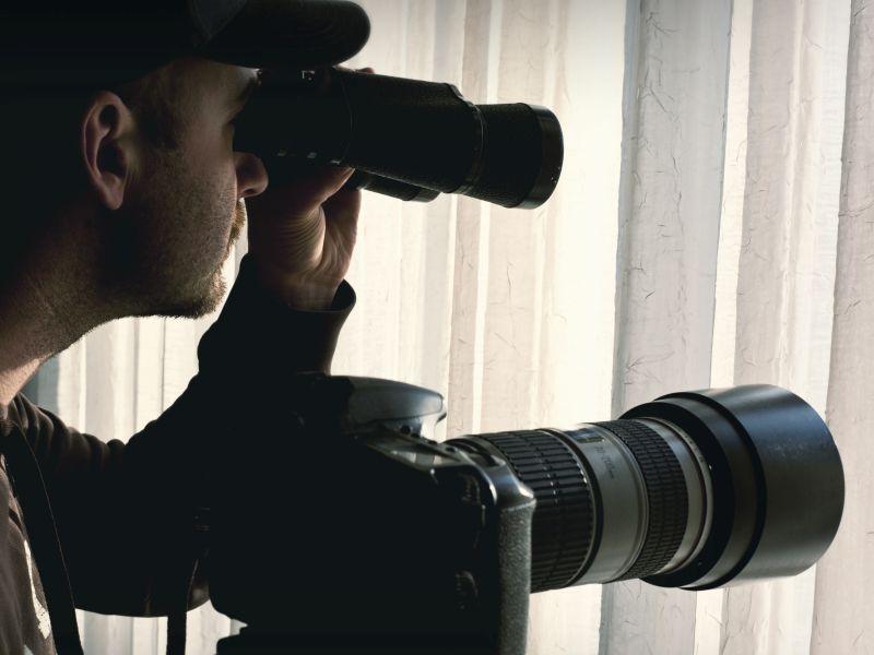 Mann mit Fernglas und Kamera als Sinnbildl für Produktideen durch Beobachtung - TOM SPIKE