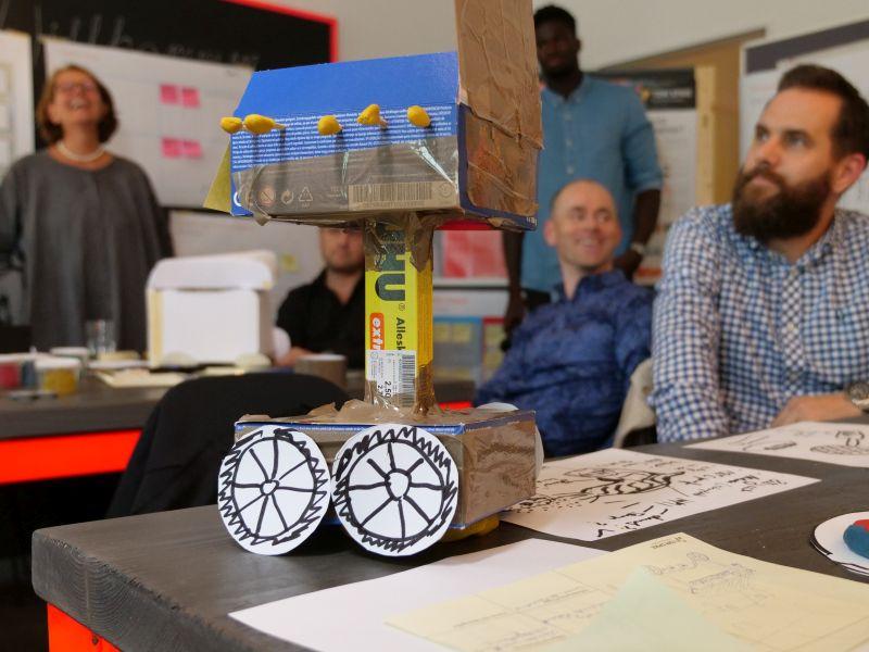 Innovationsteam mit Prototyp im Workshop als SInnbild für Produktideen durch Experimente - TOM SPIKE