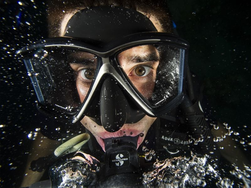 Taucher mit Blickkontakt und Luftblasen als Sinnbild für Produktideen durch Immersion - TOM SPIKE