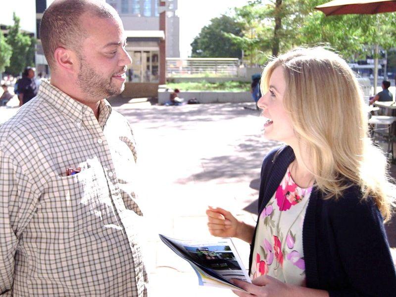 Interview Man und Frau auf der Straße als Sinnbild für Produktideen durch Interview - TOM SPIKE
