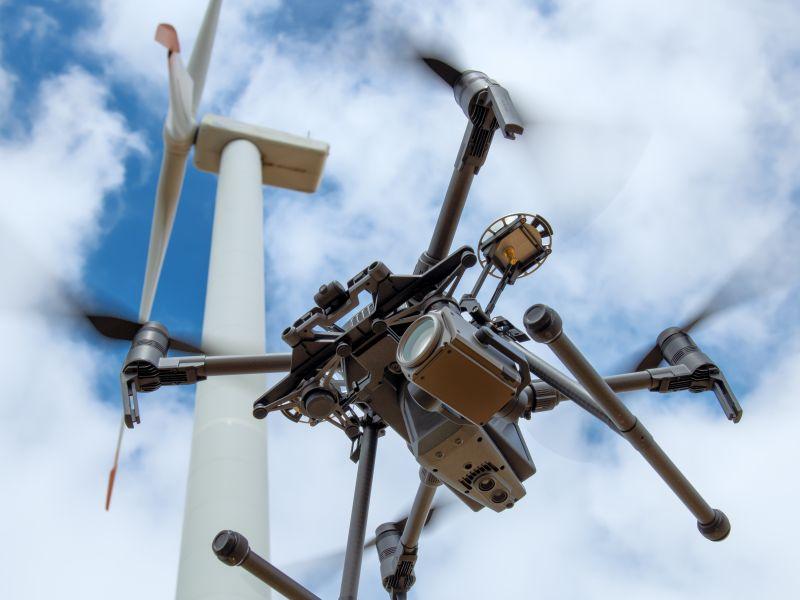 Drohne fliegt Windrad an als Symbol für Prozessinnovation - TOM SPIKE