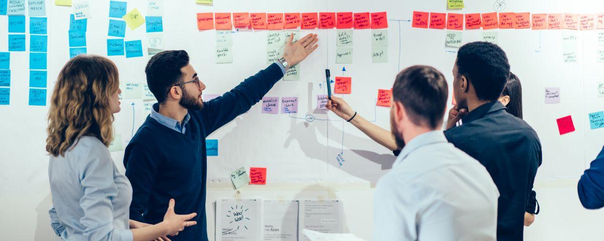 Team diskutiert Prozessablauf als Symbol für Service- und Prozessinnovation - TOM SPIKE