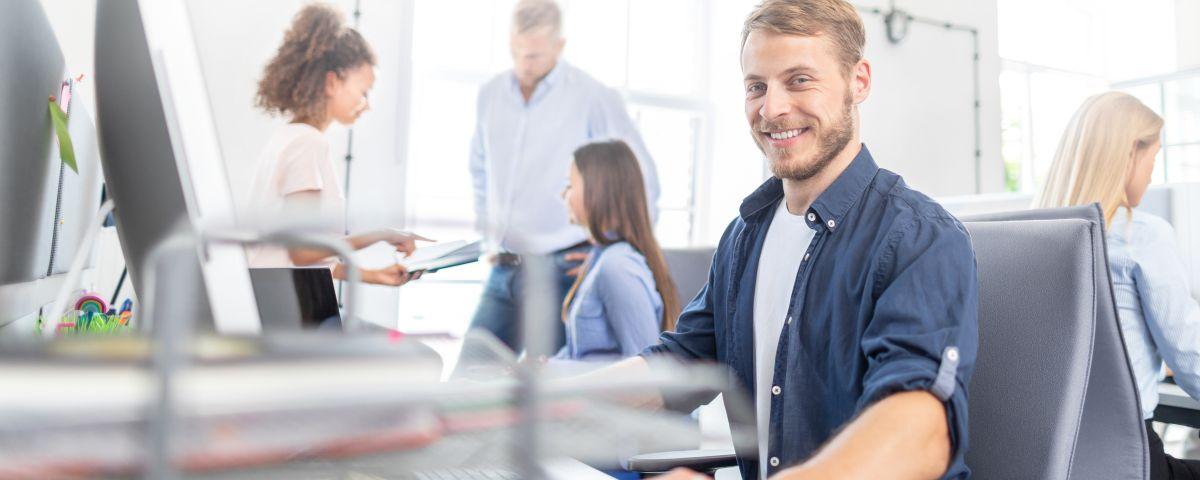 EXIST Team Im Büro Arbeitet Am Ideenpapier Für Das Gründerstipendium - TOM SPIKE